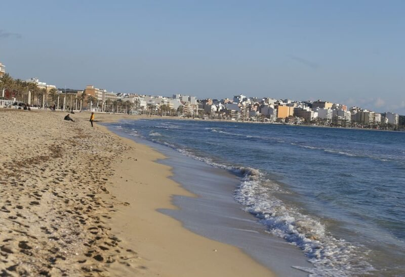 A view shows El Arenal beach in Palma de Mallorca following Berlin's lifted quarantine requirement for travelers returning from the Balearic Islands, amid the coronavirus disease (COVID-19) pandemic, Spain March 21, 2021. (File Photo: Reuters)