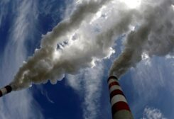 Smoke billows from the chimneys of Belchatow Power Station, Europe's biggest coal-fired power plant, in this May 7, 2009 file photo. (File Photo: Reuters)