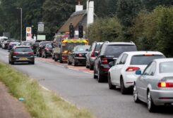 Vehicles queue to refill outside a Shell fuel station in Redbourn, Britain, September 25, 2021. (Reuters/Peter Cziborra)